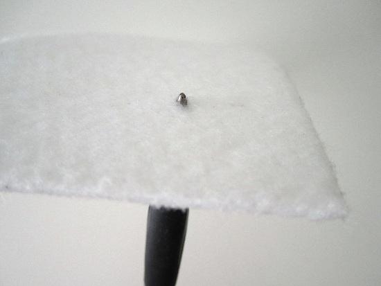 Agrandir le trou avec la pointe d'un stylo, crayon, petit tournevis,...