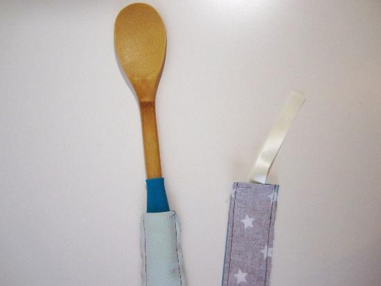 Enfoncer l'extrémité fermée de la bandoulière avec le manche d'une cuillère