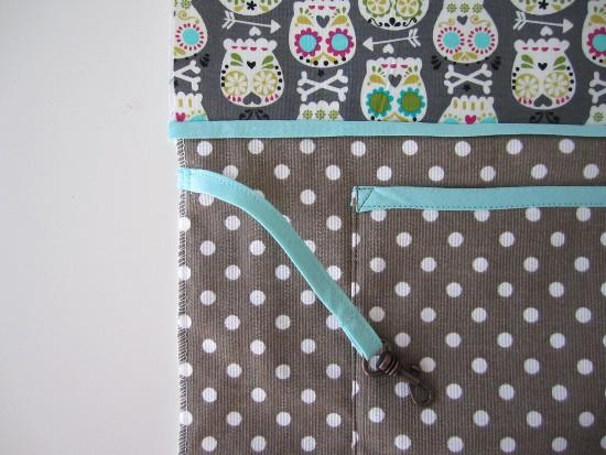 Bâtir l'attache-clef dans la marge à environ 2 cm de la couture d'assemblage doublure-corps du sac.