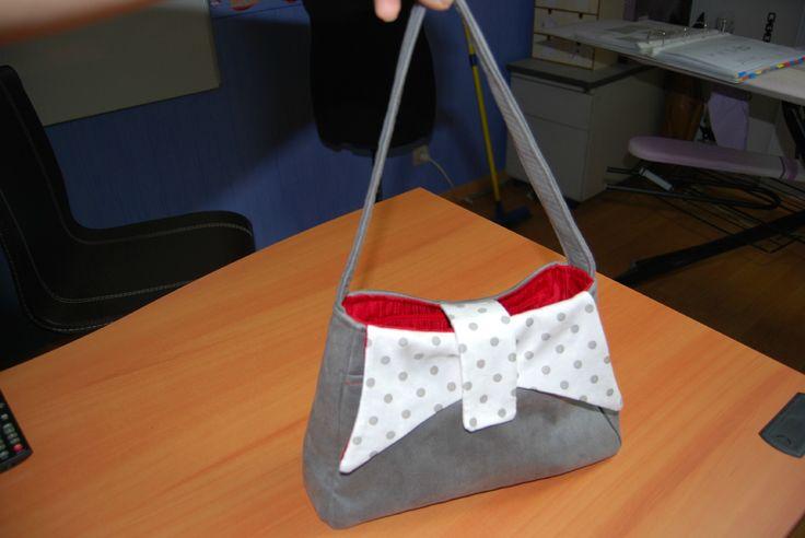 Le sac Ava en suédine grise et suédine blanche à pois cousu par EdenSo - patron de couture Sacôtin