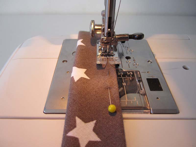Piquer le long bord ouvert avec une marge de 0,5 cm