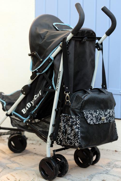 La bandoulière amovible permet d'accrocher le sac à une poussette