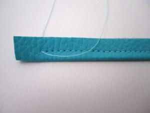 Commencer et finir la piqûre en retrait pour ensuite pouvoir couper les extrémités en diagonale.