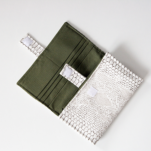 Velcro closure option - Complice wallet pattern - Sacôtin
